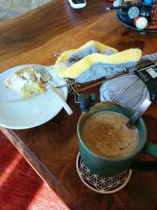 """Was braucht man mehr? Strickzeug, Kuchen und """"Kaffee"""""""